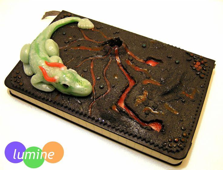 Projekt na téma efektové hmoty. Vybrala jsem si pro něj svůj zápisník nápadů, který jsem ozdobila do podoby draka na lávovém poli. Deník je velikost cca 9x14 cm. Tak od teď mi nápady hlídá Agátka - dračí slečna.