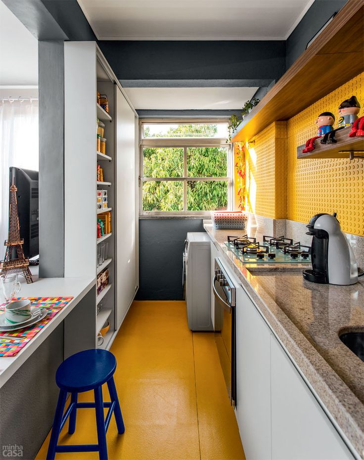 Piso tátil para deficientes visuais reveste parede de cozinha - Casa arquiteta Larissa Bassi e Fernanda Fleck, sua sócia no escritório Ambientta Arquitetura. Cozinha amarela kitchen yellow