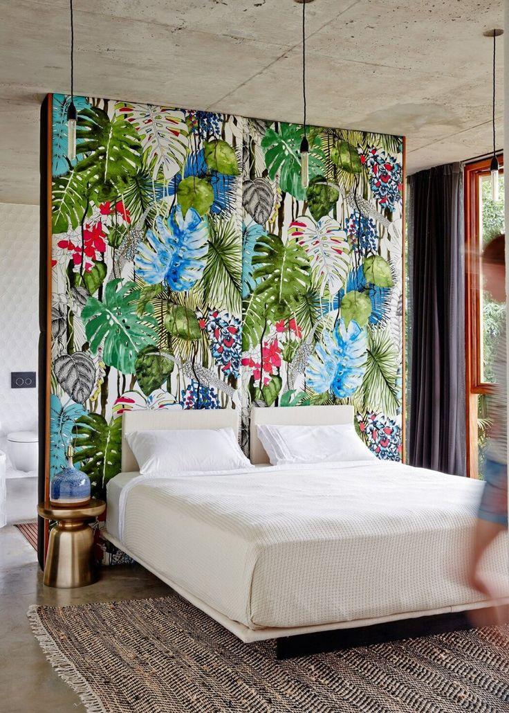 Tête de lit à ambiance tropicale.