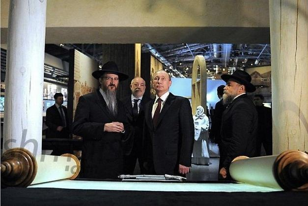HISTORIC PHOTOS: Putin Visits Jewish Museum in Moscow