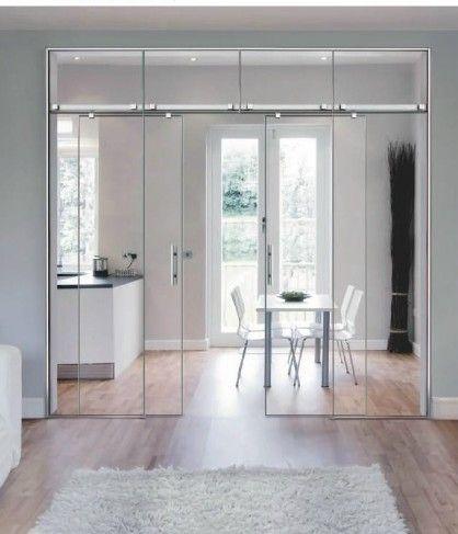 Puerta de Cristal instalada en una cocina americana para dividir la estancia de la cocina y del salón sin perder amplitud y luminosidad