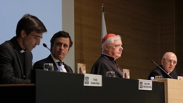 El cardenal Gerhard Müller (centro de la imgen), junto a Carlos Osoro (der.) , Daniel Sada, rector de la Universidad Francisco de Vitoria y Carlos Granados, director de la BAC