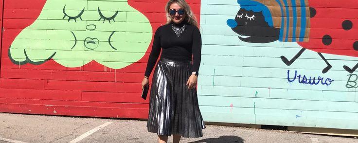 Hay piezas del guardarropa que podemos usar muchas veces porque son súper combinables, de hecho, en lo personal me encanta esta falda metálica de tablones que compré en Zara hace ya tiempo porque l…