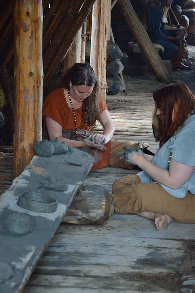 Muinaismarkkinoilla käytetty savi on haettu Siuruanjoesta. Aikoinaan Kierikki tuli tunnetuksi Kierikin keramiikasta, joka oli  käytössä noin  3500-3200 eaa. Keraamisia astioita käytettiin esimerkiksi säilytykseen ja ruoan valmistukseen. Luuppi, Oulu (Finland)