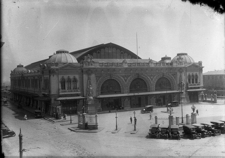 Vista de la Estación Mapocho en el año 1913, mismo año de su inauguración. Su arquitecto fue Emilio Jecquier, el mismo del Palacio Bellas Artes, Estación Pirque, Casona Puyó, entre otras grandes obras. Archivo AFDA.