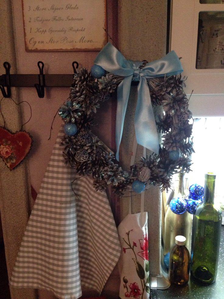Рождественский венок . Основа березовые ветки, украшение: шишки, орехи, шарики из ротанга, елочные шары.