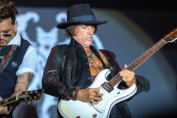 (7/11/16) Aerosmith Guitarist Joe Perry Collapses on Stage in New York