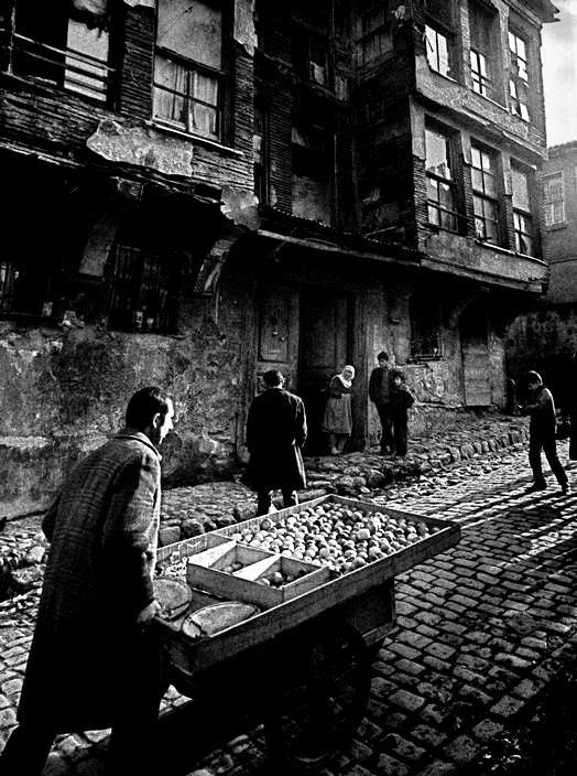 El vendedor callejero Estambul 1969 by Ara Guler