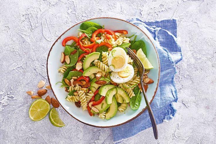 Maak je pasta pesto extra lekker met avocado, paprika en geroosterde amandelen - Recept - Allerhande