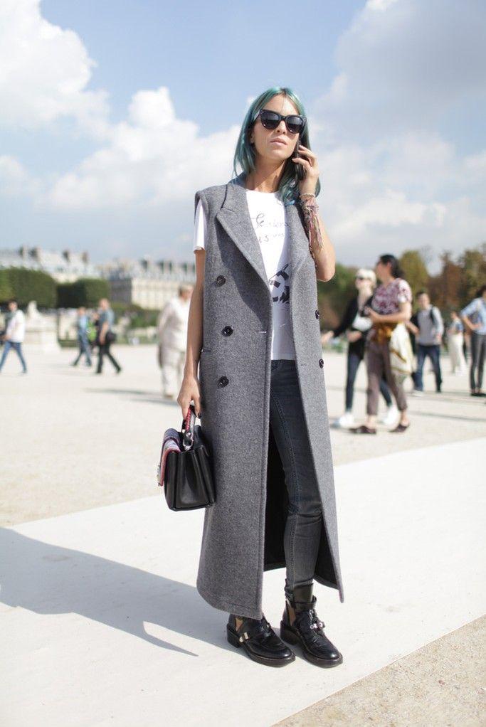 Semana de moda em Paris, estilo de rua, maxi colete cinza, calça skinny, botas cano curto e camiseta branca.