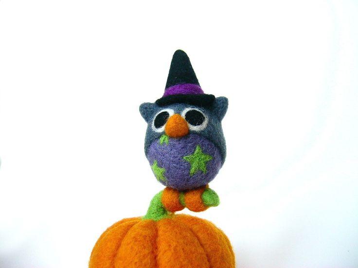 Hibou d'Halloween posé sur une citrouille. En laine feutrée à l'aiguille. Par laPoissonnerie : Accessoires de maison par lapoissonnerie