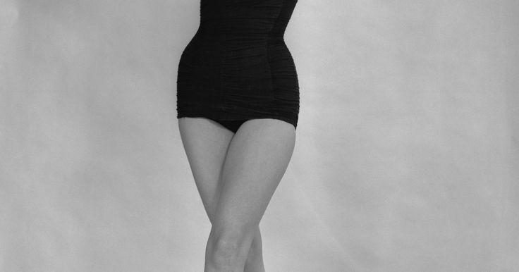 Trajes de baño de los 60. Los trajes de baño de los 60 fueron conservadores, pero favorecedores. Las bañistas en los 60 veían a los trajes de baño y accesorios como afirmaciones de la moda. Los trajes de bajo fueron acerca de colores, diseños y telas que resaltaban los ojos, pómulos o maquillaje de baño a quien los portaba. Al inicio los trajes no fueron sobre la ...