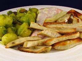 Een heerlijk voedselzandloper recept voor friet van witte zoete aardappel met gewokte spruit met sjalot en pistachenoten en zalm met aioli.