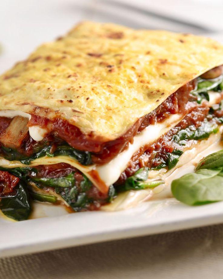 Maak eens een vegetarische versie van de traditionele lasagne, met spinazie, champignons en tomaat. Minstens even lekker als met vlees!