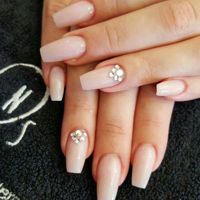 I loooove a natural looking nail. And you cant go wrong with a little bling #naturallook #bling #ballerina #coffin