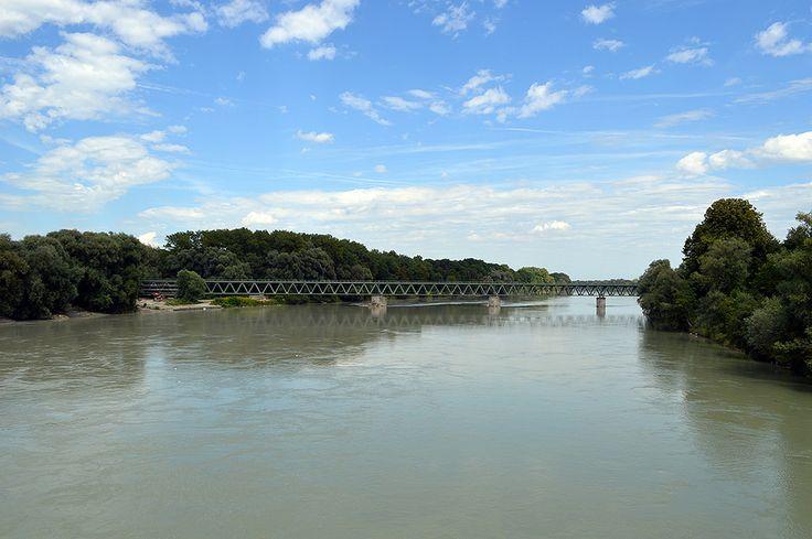 https://flic.kr/p/P7rVjE   Border Simbach am Inn-Braunau am Inn - Inn river - 4   Pictures by Björn Roose. Taken in Simbach am Inn (Deutschland) and Braunau am Inn (Österreich) in August 2016.