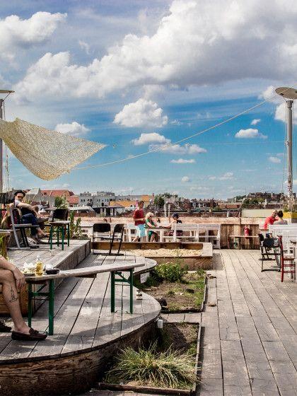 Die 12 schönsten Rooftop-Bars Deutschalnds. Der Klunkerkranich in Berlin (Neukölln) ist der perfekte Ort für einen gemütlichen Feierabend-Drink. 1000 Quadratmeter Holz sind auf dem Parkdeck verbaut, dazu wurde noch ein kleiner Dachgarten angelegt.