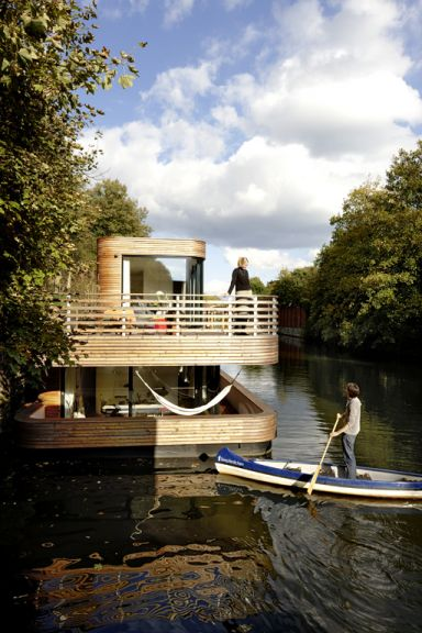 Modernes Hausboot ohne Ecken. Dafür mit viel Holz. Gefällt uns! #design