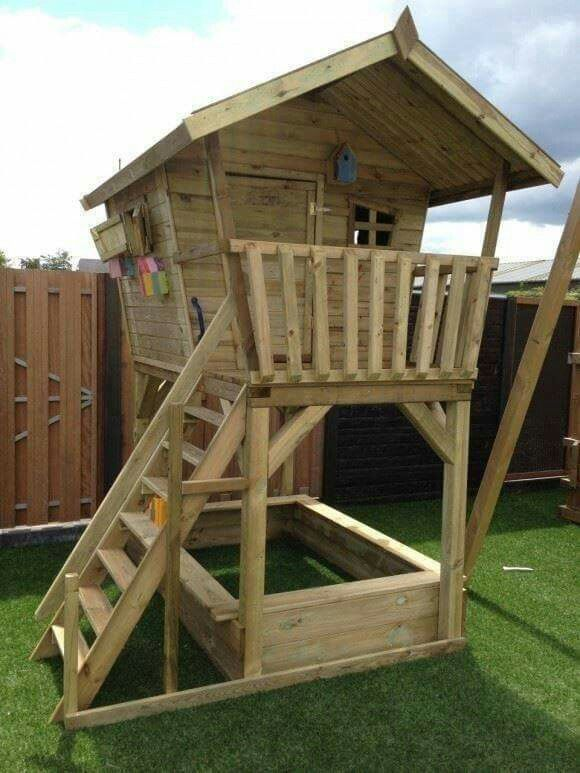 Speelhuis voor de kleine in de tuin