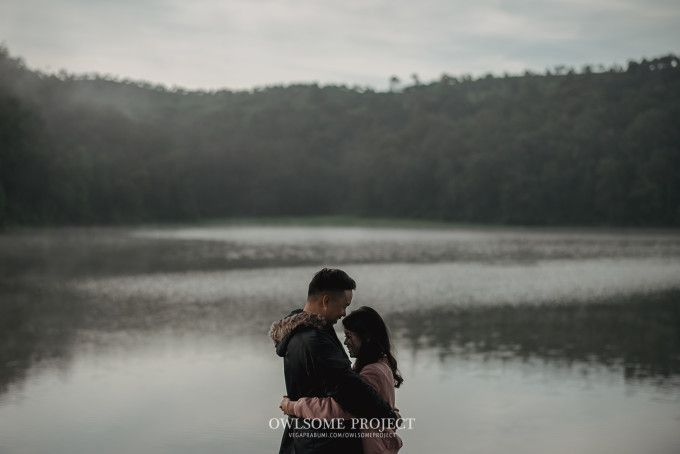Engagement photoshoot with nature theme | An Artsy Pre-Wedding Album Of Two Nature Lovers | http://www.bridestory.com/blog/an-artsy-pre-wedding-album-of-two-nature-lovers