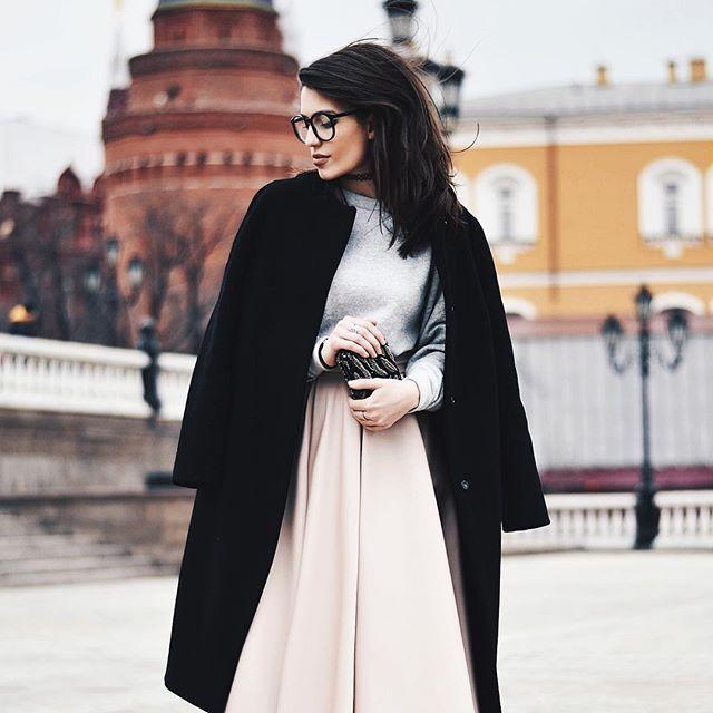 А что, нормальный лук, как раз для августа😂 на самом деле, фоточка с @mbfwrussia, просто разбирала архивы🌸 пальто @terekhovofficial , свитшот и юбка @hm , очки @misha4sure  А вообще, мне скучно, так что задавайте любые вопросы, а под следующей фоточкой я отвечу на самые интересные:) вообще любые) только не про волосы и не про карандаш для губ😅 #fashionblogger #blogger #ootd #mbfwrussia #style #moscow