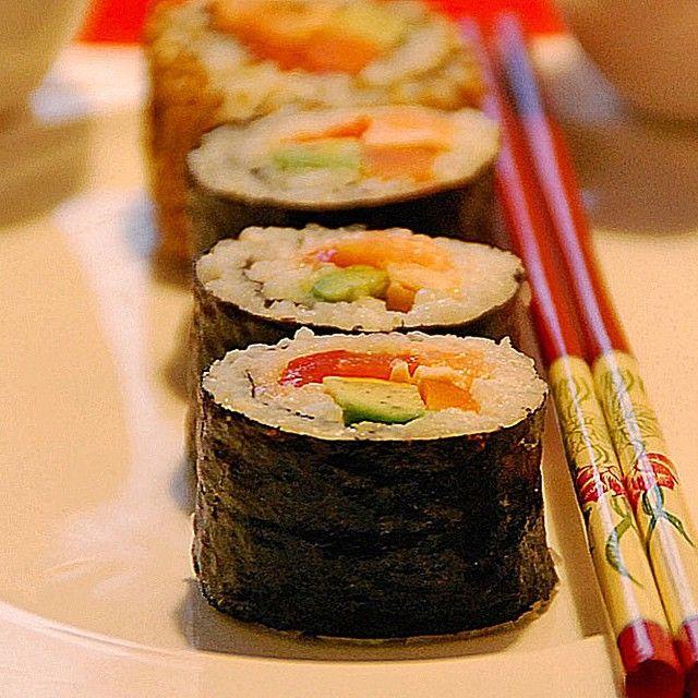 Drei Sushi Varianten (1/5)  1. Zutaten 2. Maki mit Lachs 3. California Roll oder Inside-Out 4. Nigiris mit Thunfisch und Garnelen 5. Sushi Anrichten  _____________________________  Zutaten  450 gReis (Sushireis) ungekocht (Kochanleitung in unserem Basiswissen Spezial) 1 Avocado(s) 1 Gurke(n) 1 ELMayonnaise 2 ELSesam, geröstet 150 gLachs 1 Pck.Surimi (Krebsfleischimitat) 6 Garnele(n) 150 gThunfisch Wasabipaste (scharfe japanische Meerrettichpaste) Noriblätter (Algenblätter)…