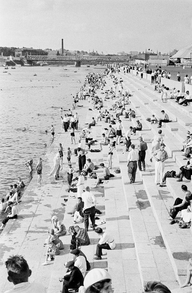 Парк Горького. Вдали виден старый мост. Сейчас на его месте Крымский мост, который был построен в ходе сталинской реконструкции города и открыт 1 мая 1938 г.