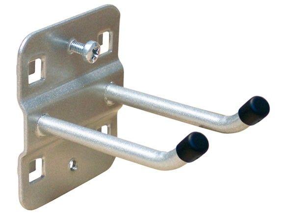 ADB Werkzeughalter doppelt mit schrägem Hakenende 75 mmRAL 9006 Bitte beachten Sie: Diese verursacht keine Kratzer auf der Metallplatte. Daher werden bei einem Platzwechsel des Werkzeughalters keine Spuren auf der Lochwand hinterlassen.  Farbe: Weißaluminium (RAL 9006)