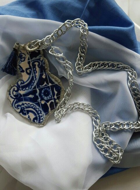 Fio com medalha em Azulejo  Blue tile