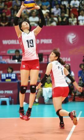イタリア戦でトスを上げる宮下(左)=香港(FIVB提供) ▼8Aug2014共同通信 バレー女子、日本は伊に惜敗 ワールドGP http://www.47news.jp/CN/201408/CN2014080801002183.html #Japan_womens_national_volleyball_team #Japan_vs_Italy