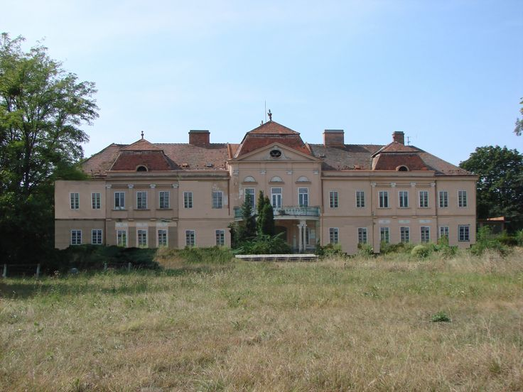 Slovakia, Tomášov, Castle before restoration. Photo by  : Elena Sabadošová