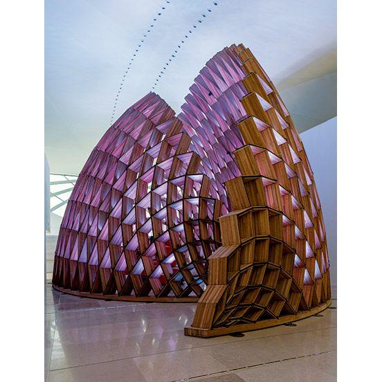 リオデジャネイロの海辺、水盤の上に張り出した大きな翼のような構造体は、サンティアゴ・カラトラバが設計した〈ミュージアム・オブ・トゥモロー〉。