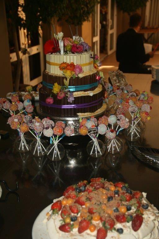 Un gâteau de dessert à trois niveaux entouré de chocolats Kit Kat. Niveau inférieur – Browni …   – Pastry Angel Bakery