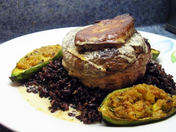 Surlonge de bœuf cuit lentement, sauce foie gras et Muscat, foie gras poêlé et courgettes farcies sur riz Black Japonica