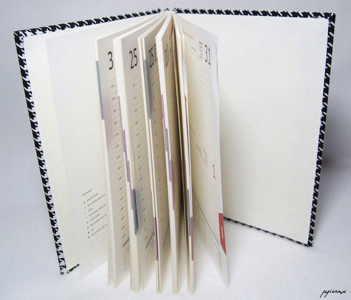 Ręcznie oprawiony kalendarz książkowy na rok 2016.  Kalendarz w formacie A5 oprawiony w grubą bawełnę w czarno-białą pepitkę, szyty z tasiemką oraz kapitałką w kolorze kremowym.  Układ dzienny:...