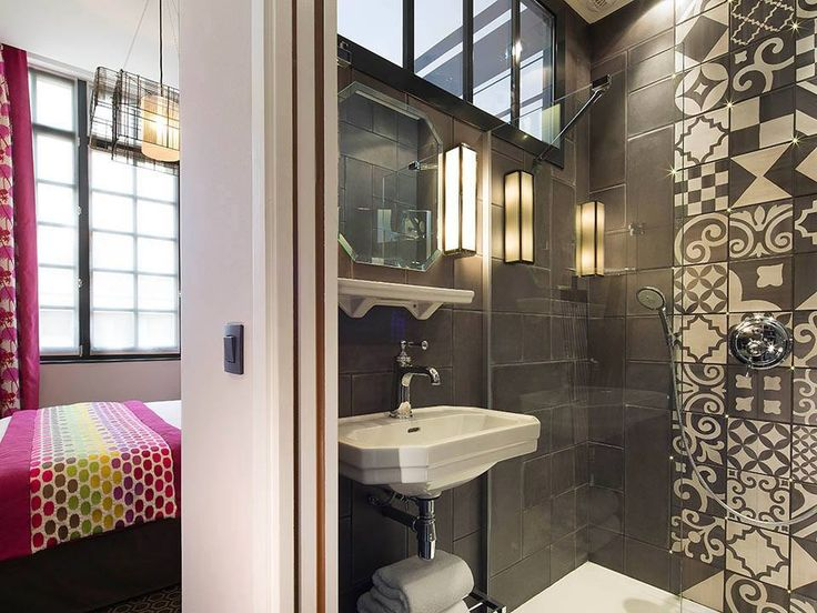 Praktické riešenie pre malé priestory. Kombinácia pastelových farieb a módnej šedej.  Practical solution for small apartements. Combination of pastels with modern grey. #bathroom #bathroomideas  #design #moderndesign #ideas