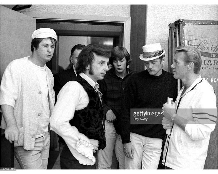 photo-of-phil-spector-wbrian-wilson-mike-love-bobby-hatfield-of-the-picture-id85511893 (1024×819)