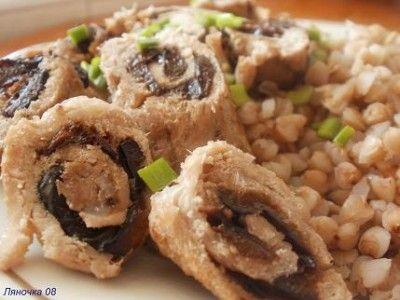Рулетики с черносливом за 20 минут- обед по минус 60 мясо - у меня была филейка (можно любое нежирное мясо) горсть чернослива соль ,перец по вкусу зеленый лук для украшения