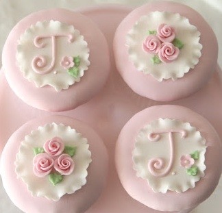 Delicate and pretty fondant-covered cupcakes (Francisca Neves).