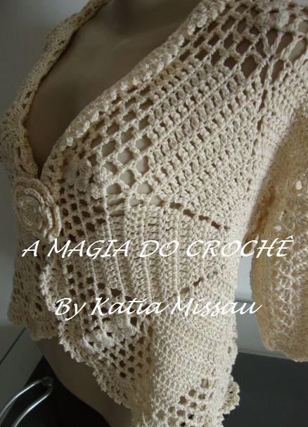 Queridas amigas leitoras(os) do meu blog. Vim mostrar o queridinho bolero Lanne feito em crochê, em uma nova cor: crú. Minha cliente es...