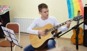 Как написать стихи для песни под гитару. Каждый человек, когда начинает свою карьеру музыканта, сталкивается не раз с дилеммой – как сочинить песню под гитару? Даже самые обычные дворовые песни под гитару кажутся простыми... http://grigoriylyamaev.ru/kak-napisat-stixi-dlya-pesni-pod-gitaru/