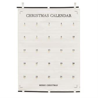 De populaire 25 Days to Christmas kalender is van het Deense merk House Doctor! De eenvoudige kalender is gemaakt van katoencanvas en is voorzien van kleine metalen ringen om cadeautjes aan op te hangen. Een geweldige manier om samen af te tellen naar Kerstmis!