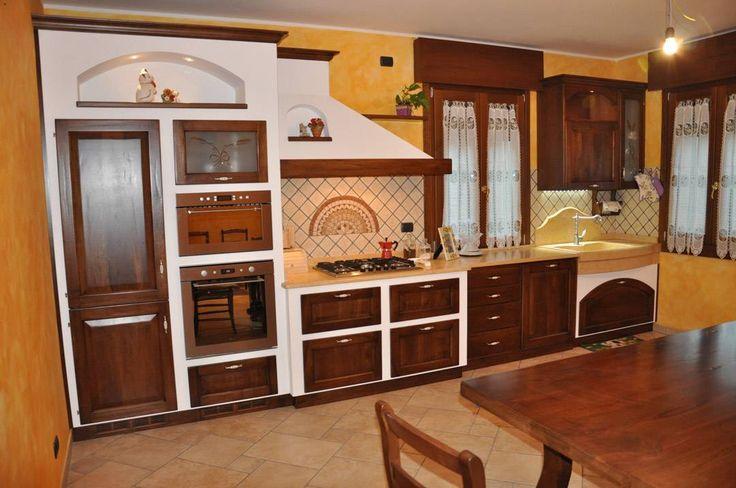 Ambiente classico - terre fiorentine giallo ocra, legno marrone scuro e cotto - elettrodomestici moderni in acciaio inox