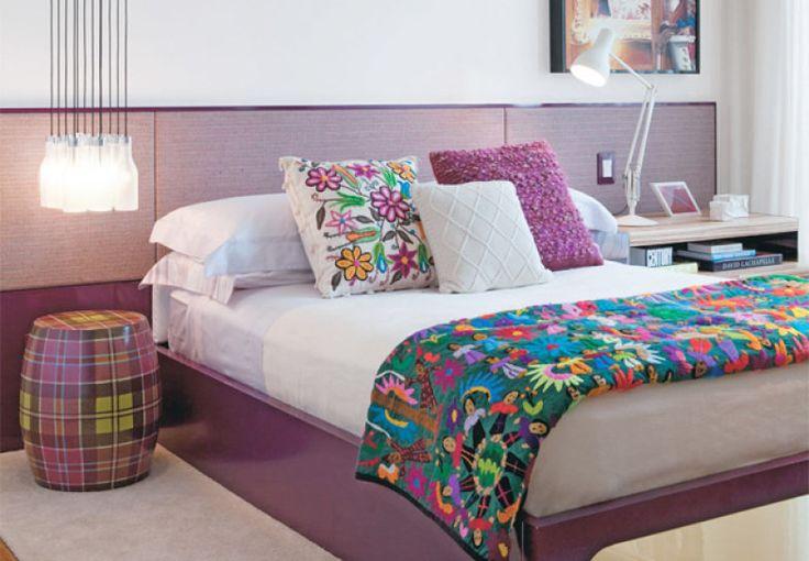 O quarto é de casal, mas a casa é da solteirona aqui! :P Lindas dicas que combinam cores que relaxam, roupas de cama que dão alegria ao ambiente, iluminação prática e cabeceiras funcionais!!!