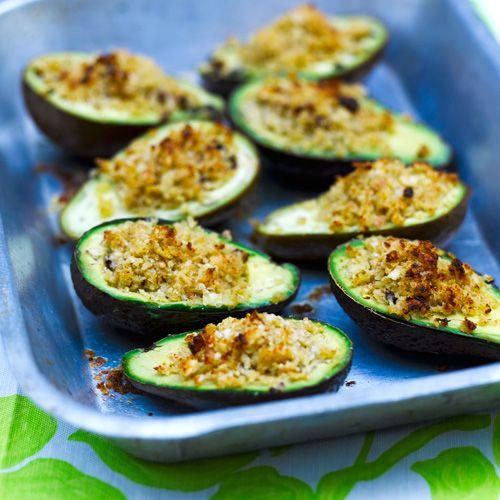 Met avocado kun je zoveel meer dan 'm puur en alleen rauw eten. In dit recept vul je de groene superfood met een mengsel van broodkruim, citroen en parmezaan. Even in de oven en voilà: je hebt een goddelijk hapje.    1. Verwarm de oven voor op...