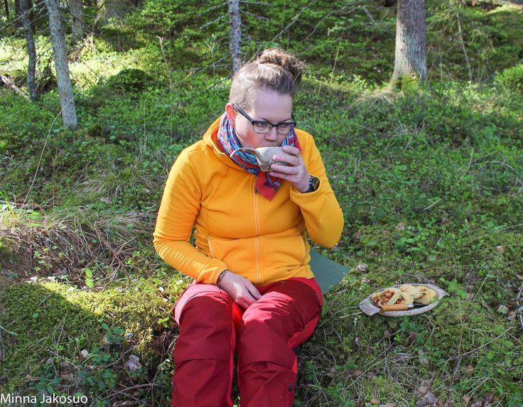 VILLIYRTTILEIPÄÄ RETKELLÄ:  Aina toisinaan lähden koirien kanssa ulos syömään aamupalaa. Tänään oli yksi niistä aamuista. Aloitin esivalmistelut heti herättyäni, eli taikina kohoamaan. Löysin hyvän focaccia-leivän ohjeen ja päätin kokeilla, miten sen tekeminen onnistuisi trangialla...