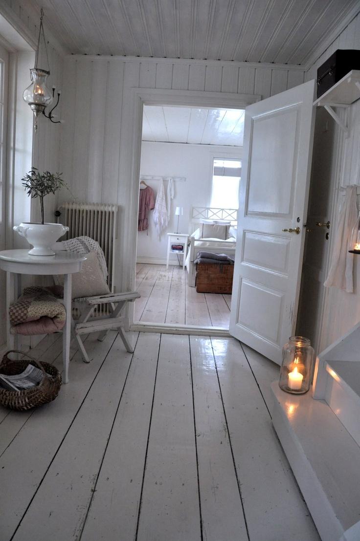 Eteinen, oviaukko tupakeittiöön. Eteiseen myös vessakoppero, seinän taakse sauna- tai makkari&työtilat.Yläkertaan ainakin lastentilat.