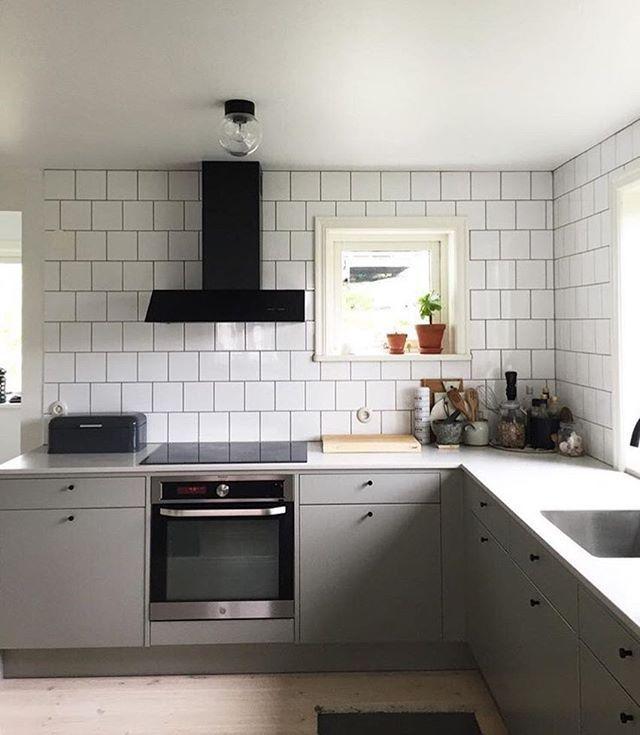 A R E A  En svartlackad Area i ett grått kök från Vedum.  #repost @huskvarnahouse #hemmahos #area #inspo #kök #kitchen #vedum #vedumkök #kitcheninspo #svenskthantverk #scandinaviandesign #interior #homeinterior