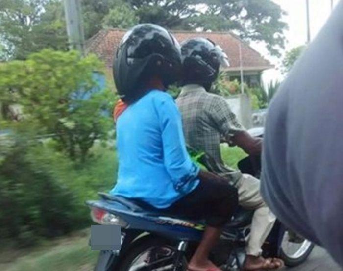 12 gambar gaya orang orang memakai helm Unik bikin ngakak