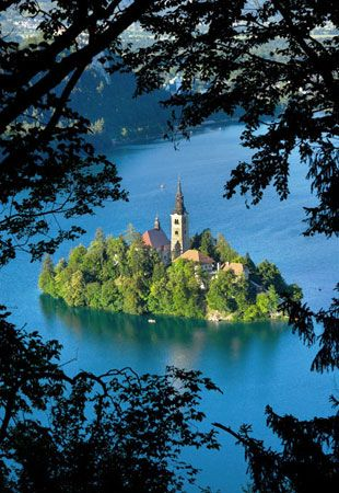 Church on island, Lake Bled, Slovenia (© graficart.net/Alamy)